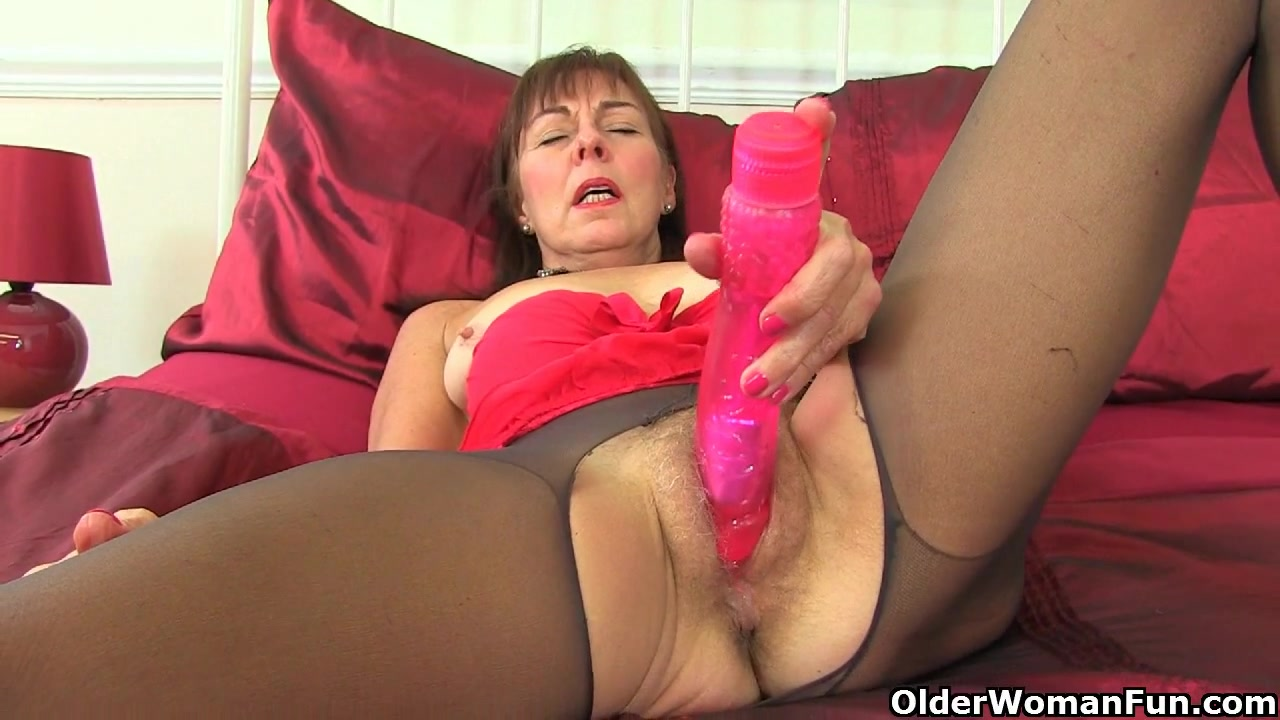 English gilf Josie finger fucks her hairy cunt