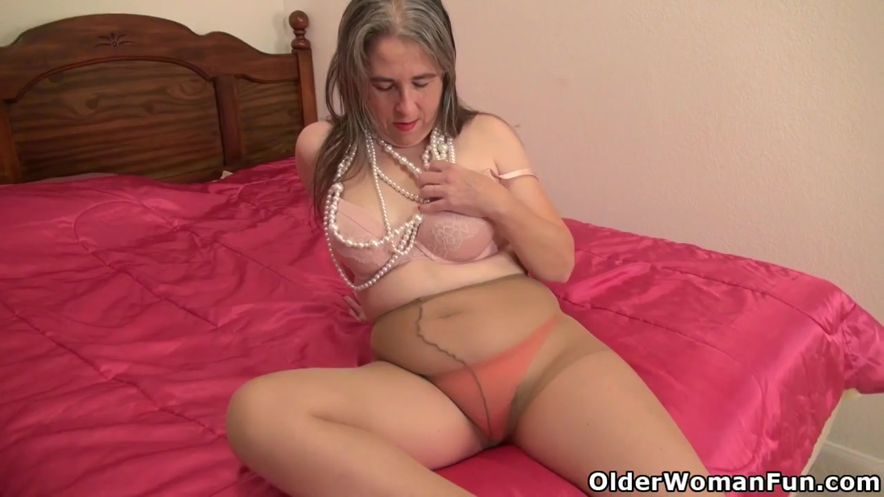 American milf Kelli needs pleasuring her hairy cunt